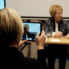 Ann-Sofi Berger (F) fotograferer Vigdís Finnbogadóttir, den legendariske islandske præsident. Foto: Joan Rask