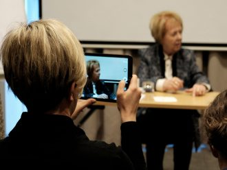 Ann-Sofi Berger (F) fotograferer Vigdis Finbogadottir, den legendariske islandske præsident