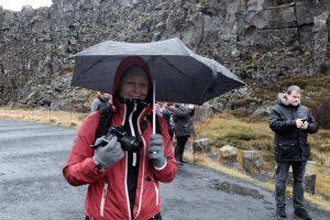 Ann-Sofie Berger i silende regn på besøg ved Þingvellir, demokratiets vugge. I baggrunde Hallgrimur Indriðason (I) Foto: Joan Rask