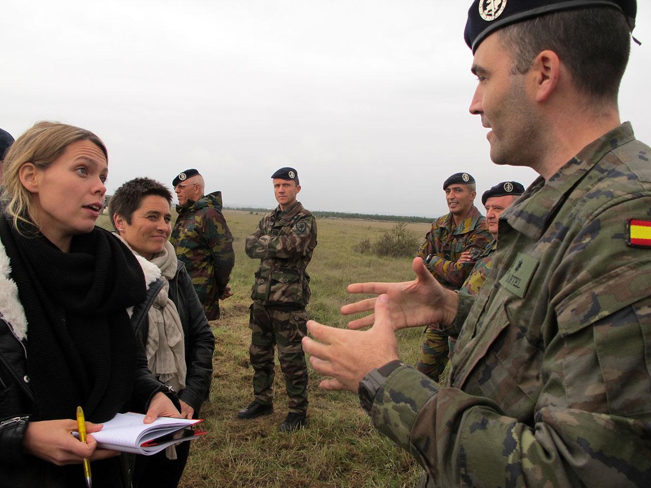 Interview af soldater under den øvelse Eurocore afholdt i oktober 2014. Det er Nina Svanberg, Omni (tv) og Ellen Kongsnes, Stavanger Aftenblad (bagerst tv). Foto: Joan Rask
