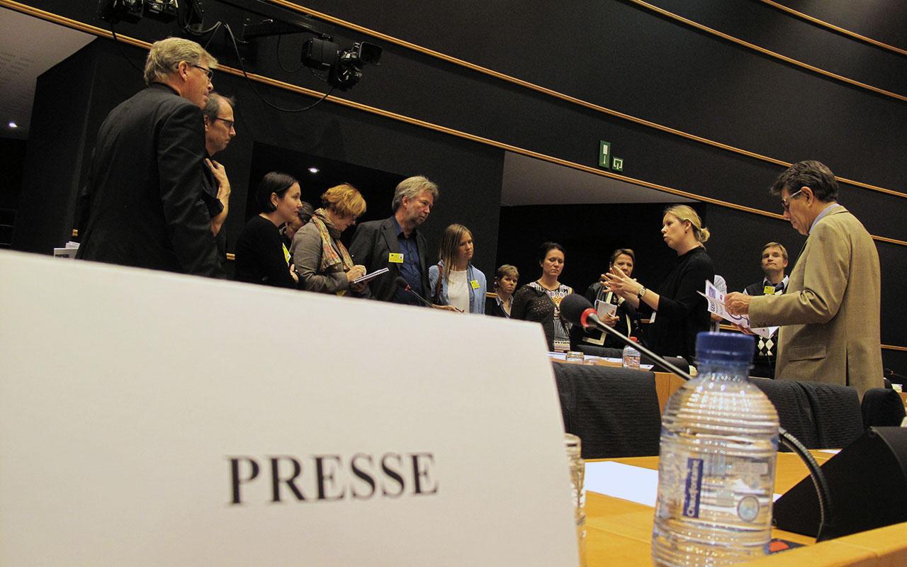 """Deltagere på """"Aarhus 2012 – Nordens globale udfordringer"""" besøger EU-parlamentet med lektor og EU-ekspert John Frølich (tv) som guide. Kurset satte fokus på klimaændringer og global økonomisk krise at satte Nordens politikere stævne i Aarhus, Bruxelles og Stockholm. (Foto: Anders Lange, NJC)"""