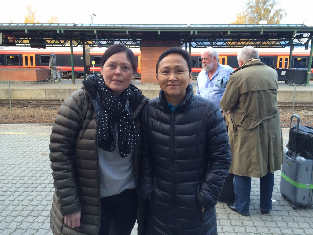 Irene Jeppsson og Else Olsvig på Lillehammer station - på vej hjem til Grønland