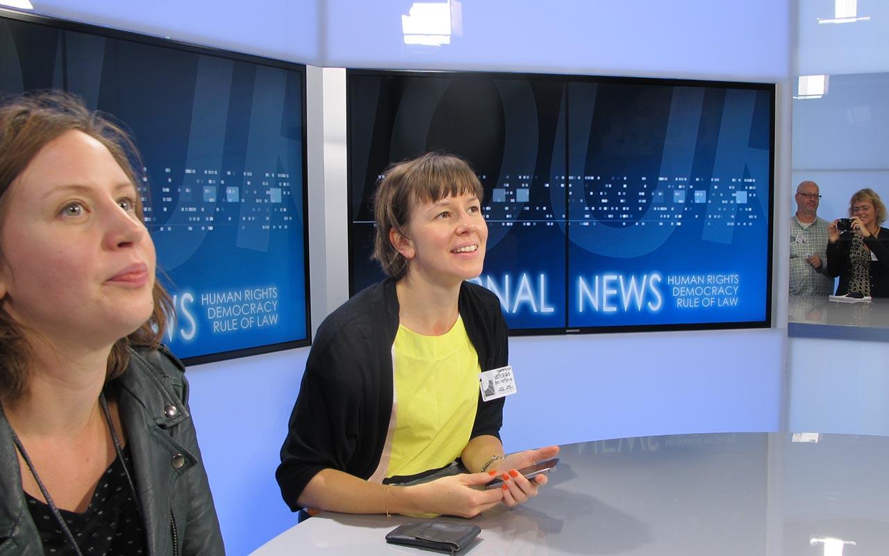 NJC besøger Newsroom i Strasbourg, hvor særlig presseenhed producerer nyheder på tv om begivenheder i EU. Her er det finsk/svenske Heidi Liekola, journalist hos Sveriges Television (th) og finske Anna-Erika Heikkilä, journalist og p.t. studerende hos University of Lapland (tv) der tester faciliteterne (Foto: Joan Rask)