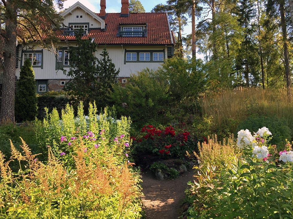 Jean Sibelius og hans kone Aino levede deres liv på Ainola, cirka en time fra Helsinki. Under Reunion 2015 besøgte hele gruppen huset og hørte fortællingen om den verdensberømte komponist og hans familie