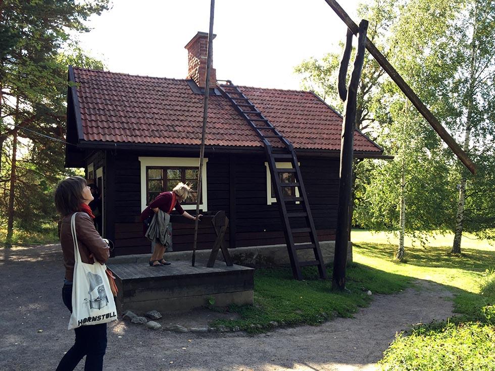 Badstuen på Ainola med hejs til vand - det var næsten som at have indlagt vand. Det fik hovedhuset først efter Sibelius's død, for han frygtede, at lyden af vandet i rørene ville forstyrre hans koncentration. Aino, hans hustru, fik lagt vand ind umiddelbart efter hans død.