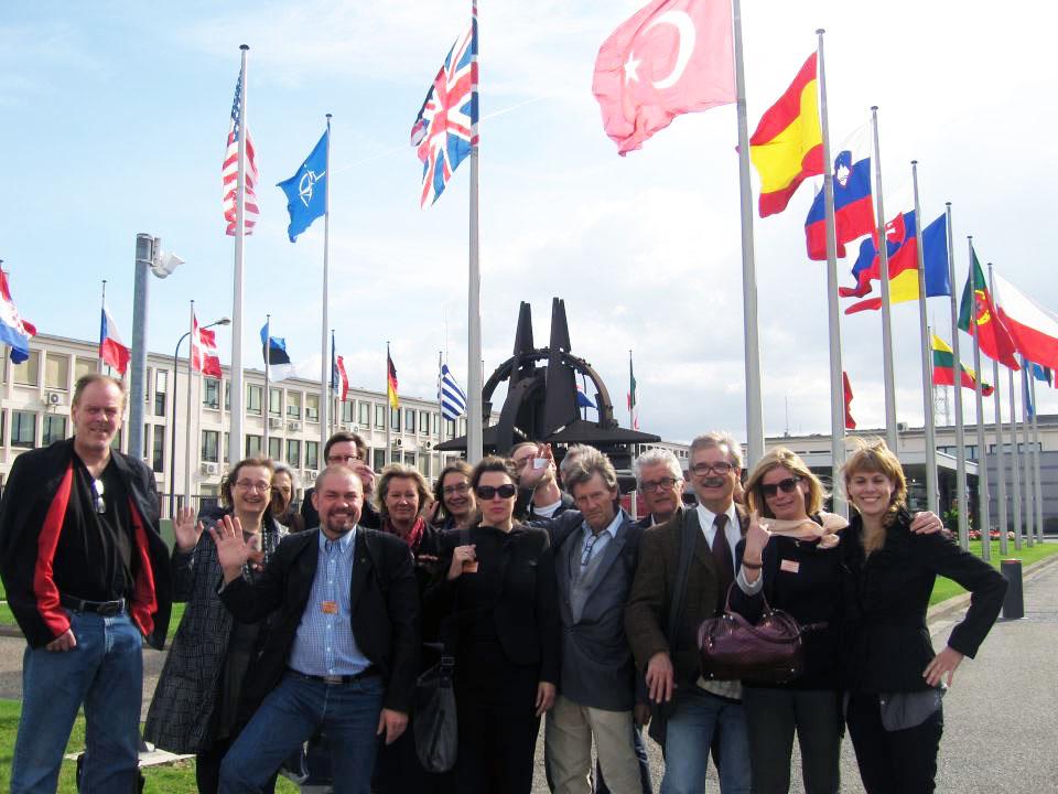 Kursusdeltagere fra Aarhus 2011 foran NATOs hovedsæde i Bruxelles