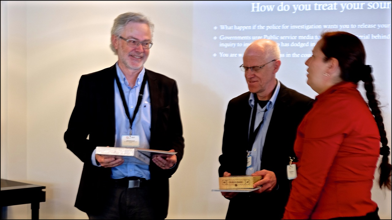 Victoria presents gifts from Regional Press Institute to Ole Rode Jensen, NJC and Mogens Blicher Bjerregaard (on behalf of NJC)