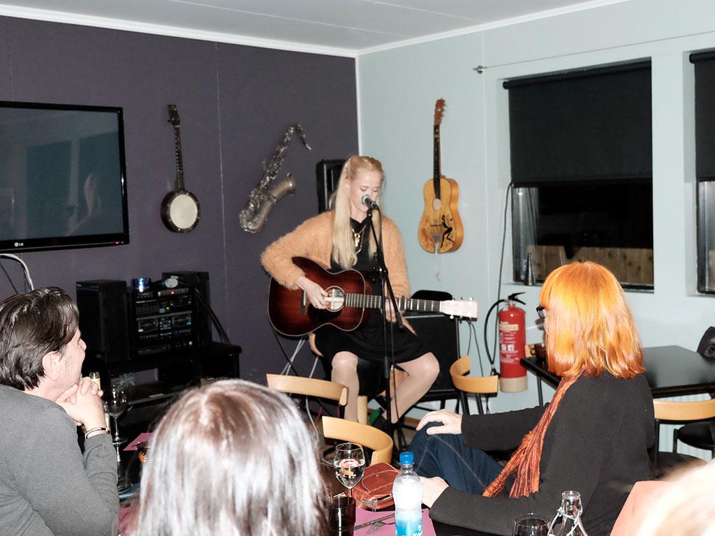Tina Dickow på Esjustofa, eksklusive timer med den dansk sanger, der har solgt mere end 300.000 album i DK. Bor på Island sammen med musikeren Helgi Jónsson