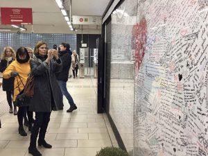 Journalist Ulla Janhonen, Otavamedia fotograferer mindevæggen fra terrorhandlingerne i 2015 undergrundsbanen i Bruxelles (holdet årgang 2016)