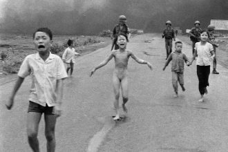 ** ARCHIV ** South Vietnamese forces follow after terrified children, including 9-year-old Kim Phuc, center, as they run down Route 1 near Trang Bang after an aerial napalm attack on suspected Viet Cong hiding places on June 8, 1972. A South Vietnamese plane accidentally dropped its flaming napalm on South Vietnamese troops and civilians. The terrified girl had ripped off her burning clothes while fleeing. The children from left to right are: Phan Thanh Tam, younger brother of Kim Phuc, who lost an eye, Phan Thanh Phouc, youngest brother of Kim Phuc, Kim Phuc, and Kim's cousins Ho Van Bon, and Ho Thi Ting. Behind them are soldiers of the Vietnam Army 25th Division. (AP Photo/Nick Ut)