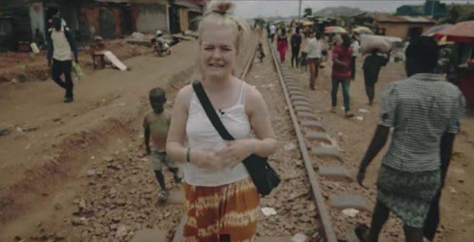 """Kirstine Sloth, en af Danmarks største YouTuber, med PlanBørnefonden i Kenya. Foto: Fra YouTube-videoen """"Prostitueret som 12 årlig"""""""
