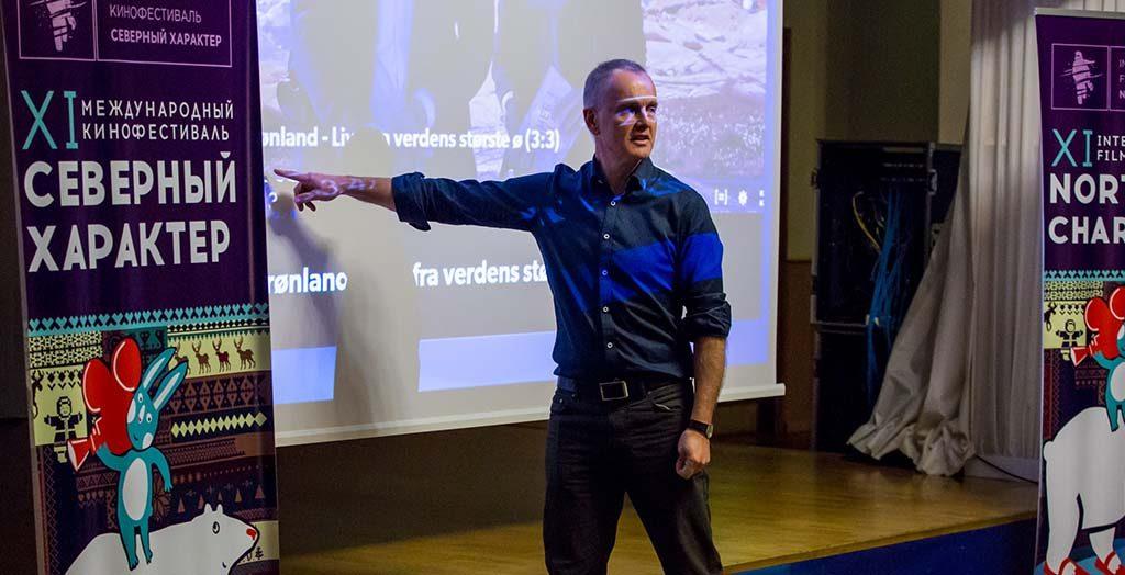 "Forfatter Martin Breum holdt en Masterclass på filmfestivalen ""Northern Character"" i Murmansk. Her igang med undervisningen. Foto: Olav Soriano Salkjelsvik"