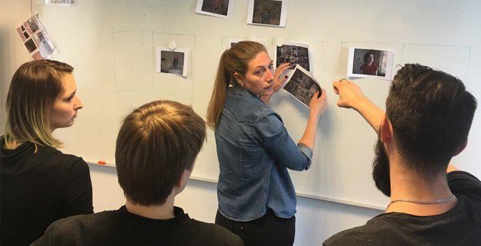 """Sofia Busk udvælger billeder i tæt dialog med de øvrige deltagere på workshoppen """"Next to Me"""", NJC-Masterclass for russiske og nordiske fotografer. Foto: Mads Greve"""