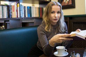 Alina Nipers, studerer språk-og lingvistikk ved NarFU. Foto: Adrian Skaar & Øistein Falch
