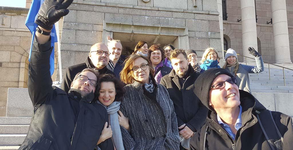 Deltagere på Aarhus-kurset 2017 på trappen ved Riksdagen i Helsingfors. Foto: Asbjørn Jørgensen